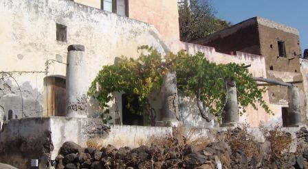 Architettura eoliana la casa delle isole eolie con i bisuoli e i pulera case vacanze a - La casa delle vacanze ...